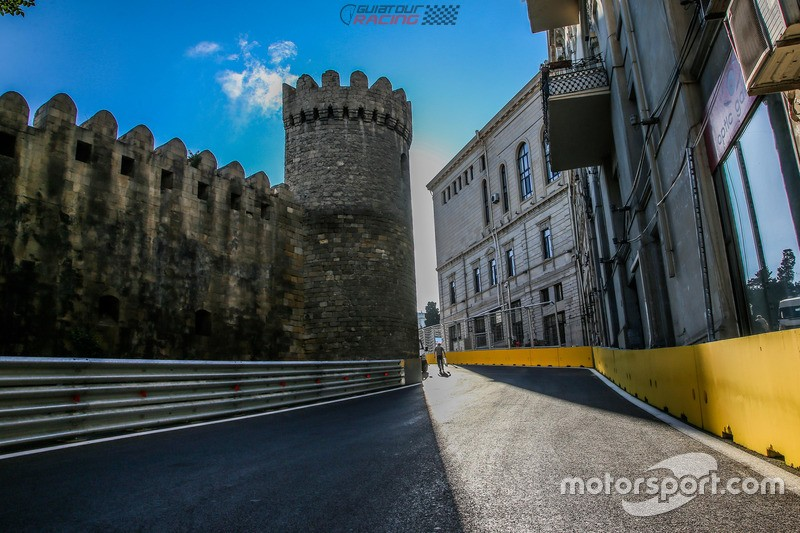 f1-european-gp-2016-baku-city-circuit-at-turn-10-with-the-castle